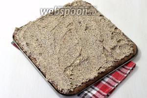 Каждый корж пропитать сладким крепким кофе (50 мл) с коньяком (2 ст. л.) и смазать кремом. Складывать в торте по очереди шоколадные и ореховые коржи.