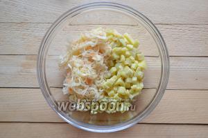 Соединить в миске подготовленный картофель и квашенную капусту (200 г).