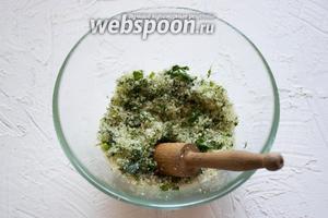 Чай (0,5 ст. л.) и мятные листья (5 веточек) растолочь при помощи толкушки. Оставить на некоторое время для ароматизации.