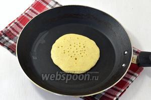 Выкладывать панкейки на сухую горячую сковороду (огонь ниже среднего). Жарить на одной стороне, пока сверху не появятся пузырьки.