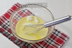 Добавить немного подогретое молоко (125 мл) и творог (2 ст. л.)