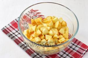 1 кг яблок очистить от кожицы и серцевины. Нарезать яблоки средним кубиком.
