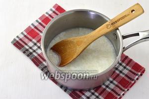 Соединить тёплое молоко (250 мл), сахар (3 ст. л.), соль (1 ч. л.) и живые дрожжи (50 г). Оставить на 5 минут.