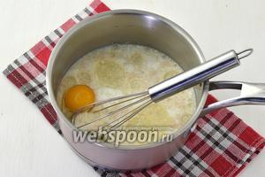 Добавить 1 яйцо и подсолнечное масло (50 мл).