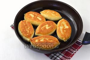 Жарить пирожки на сковороде, на огне ниже среднего, на подсолнечном масле до золотистого цвета с обеих сторон.