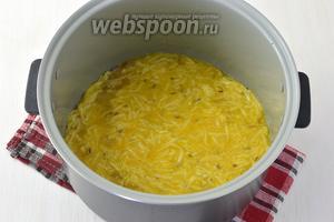 Вылить яично-сырную смесь на рыбу.