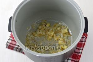 В чаше мультиварки, в режиме «Выпечка» или «Жарка», обжарить на растительном масле (2 ст. л.) очищенную и нарезанную 1 луковицу (у меня мультиварка Полярис).