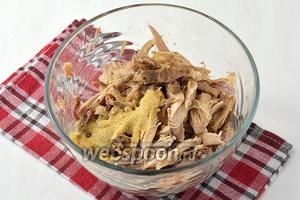 Вынуть курицу, мясо отделить от костей.