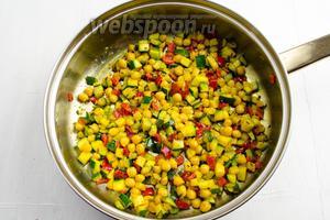 Овощи готовы. Посолить. Морская соль (1 щепотка). Накрыть крышкой сковороду. Овощи должны остаться теплыми.
