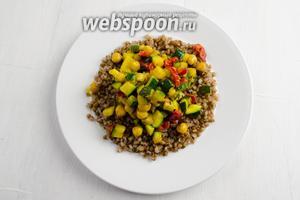 Сверху выложить тёплые жареные овощи.