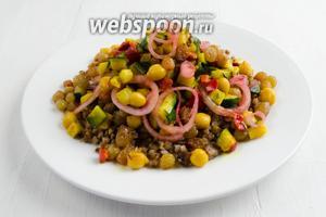 Посыпать изюмом и маринованным луком. Тёплый салат подать к обеду.