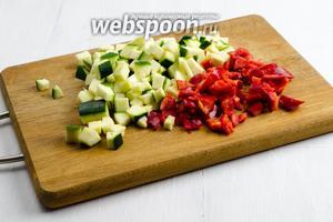 Цукини (1 шт.) и перец (1 шт.) вымыть. Перец очистить от семян и перегородок. Нарезать овощи мелко кубиком.