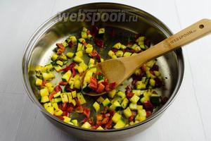 В горячей сковороде нагреть масло (2 ст.л.). Всыпать на сковороду пряности тмина (1 ст.л.) и куркумы (1 ст.л.). Подержать на тихом огне 1 минуту, чтобы аромат пряностей раскрылся. Добавить подготовленные овощи. Перемешать. Жарить, помешивая, в течение 5 минут.