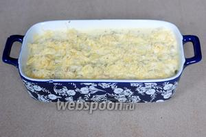 Сверху посыпаем оставшимся сыром (50 г).