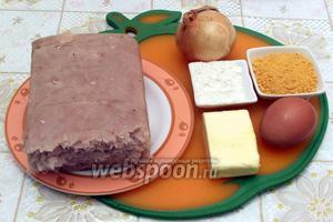 Для приготовления рыбных палочек нам понадобится филе минтая, предварительно размороженное, лук, панировачные сухари, сливочное масло, мука, яйцо, соль, перец, растительное масло для жарки.