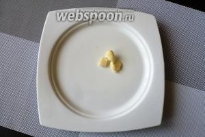Порционную тарелку натрём чесноком.