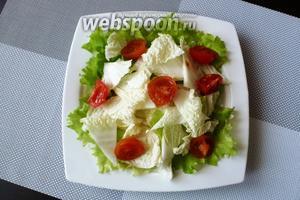 Помидоры черри разрежем пополам и на четвертинки, если крупные и добавляем к салату.