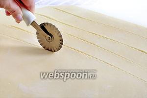 Для удобства в работе разделить тесто на 2 части. Постараться раскатать его очень тонко и нарезать на полоски. Можно делать длинные полоски или покороче. Высота полос 3-4 см.