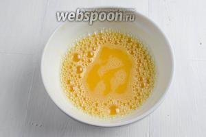 2 способ приготовления пакоры. Кляр готовим на яйцах. Яйца (2 шт.) взбить со щепоткой соли.