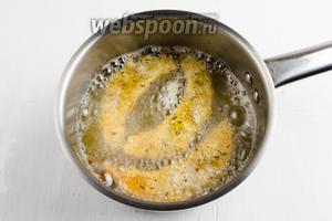 Подготовленные дольки (не более 2-3 шт.) опустить в кипящее масло. Жарить до румяности.