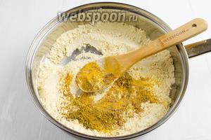 Просеять нутовую муку (150 г). Высыпать муку на сковороду. Добавить набор пряностей. Подержать на медленном огне, помешивая, чтобы подсохла мука и раскрылся аромат пряностей.