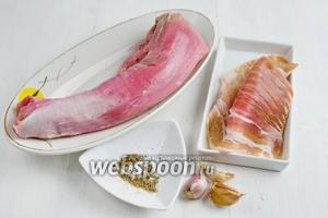Чтобы приготовить праздничную закуску, нужно взять свиную вырезку, бекон, чеснок, соль, перец.