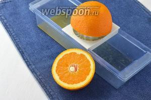 Из апельсинов выжать сок. Нам понадобится 200 мл сока.