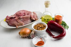 Чтобы приготовить блюдо, нужно взять свинину, фасоль кофейную, перец сладкий, чеснок, острый перец, розмарин, очищенные томаты в собственном соку, паприку, горячую воду, масло подсолнечное, соль.