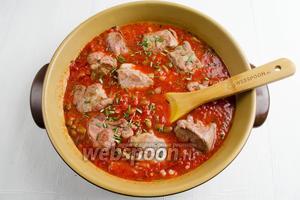 Добавить порционные куски мяса и оставшийся рубленый розмарин (1 ст.л.),  соль. Закрыть сковороду крышкой. Тушить на небольшом огне до готовности мяса 50-60 минут.