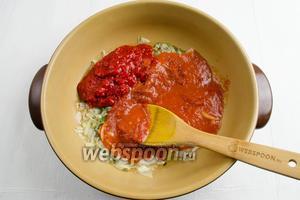 Подготовленные перцы и очищенные помидоры в собственном соку (150 мл пюрированные), сладкую паприку (1 ч.л.), рубленый горький перец добавить в сковороду. Перемешать.