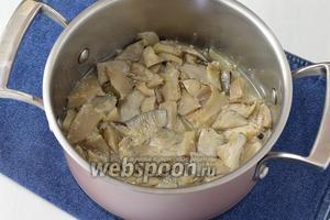 Добавить грибы и готовить 10 минут.