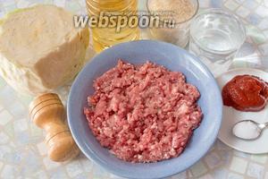 Для приготовления нам потребуются: подсолнечное масло, вода, фарш (у меня говяжий, но можно и свиной или смешанный), рис, капуста, томатная паста, соль перец.