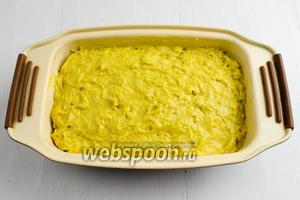Стенки формы смазать небольшим количеством сливочного масла. Выложить тесто в форму. Поставить в горячую духовку. Выпекать кекс 35-40 минут при температуре 180 °C до сухой лучины.