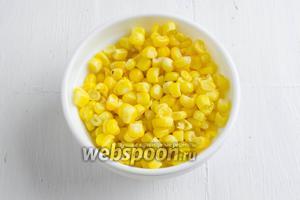 Зёрна кукурузы (100 г) разморозить. Если свежая кукуруза, зёрна отделить от початка.