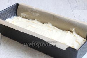 Форму (30х9 см) застелим бумагой, выливаем наше тесто.
