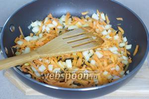Обжариваем морковь и лук на растительном масле (10 мл).