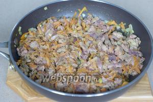 Добавляем печень в сковороду к моркови и луку и жарим 10 минут. При этом выделится некоторое количество жидкости.
