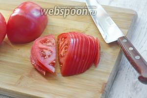 Пока тесто остывает, разогреваем духовку до 190°С и параллельно займёмся начинкой. Нарезаем 400 г помидор тонкими полукольцами.