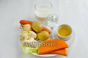 Чтобы приготовить овощной молочный суп, нужно взять картофель, морковь, тыкву, лук, цветную капусту, зелёный лук, воду, молоко, топлёное масло, соль.
