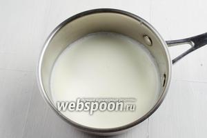 Вскипятить молоко (200 мл).