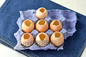 Поместите яичные скорлупки в подставки для яиц, вверх отверстиями. Залить в каждую скорлупку по 2 столовых ложки желе и отправить в холодильник на 15-20 минут до полного застывания.