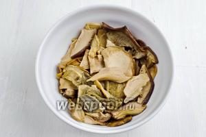 Грибы (50 г) отварить. Вынуть грибы из бульона. Бульон процедить и оставить для соуса.