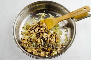 Отваренные грибы нарезать соломкой. Добавить к луку. Жарить, помешивая, минут 10. Посолить (1 щепотка).