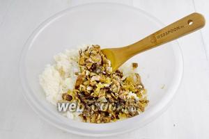 Отваренный рис перемешать с жареными грибами. Начинка готова.