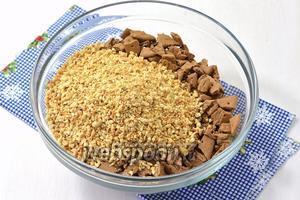 150 г жареного арахиса очистить от шелухи и измельчить в кухонном комбайне. 400 г крекеров поломать.