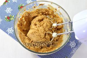 Соединить масляную смесь, арахис и крекер.