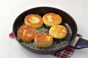 Обжарить пирожки на горячей сковороде с растительным маслом (около 50 мл). Масло должно полностью покрывать дно сковороды.