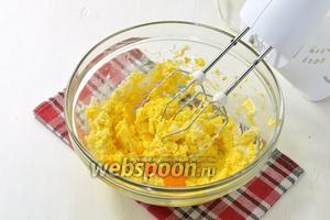 Готовим тесто. Масло (200 г) комнатной температуры взбить с 1 стаканом сахара. По 1 добавлять яйца, постоянно взбивая.