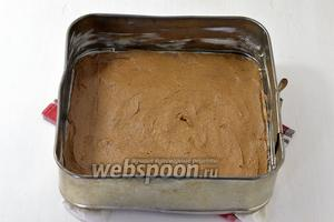 Форму (размером 25х25 см) выложить кулинарной бумагой. Сверху выложить шоколадное тесто.
