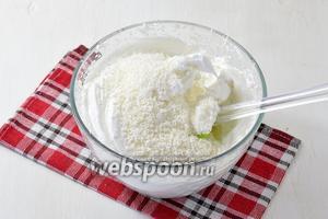 4 белка взбить с 0,5 стакана сахара в крепкую пену. В конце аккуратно подмешать кокосовую стружку (150 г).